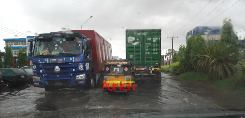 [PHOTOS] Downpour leads to flooding on Lagos roads