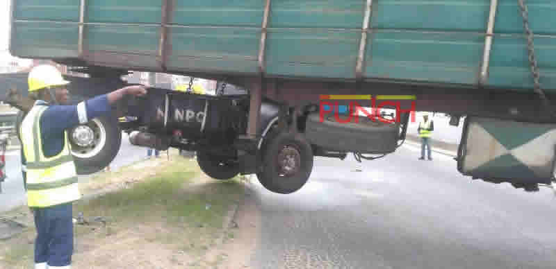 [PHOTOS] Long truck in lone accident nearly skidded off Jibowu bridge